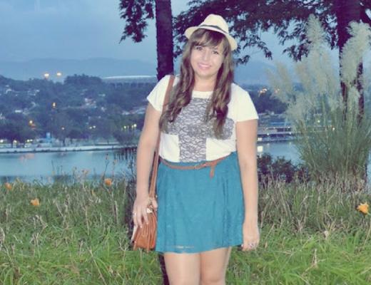 Look do dia com saia azul plus size
