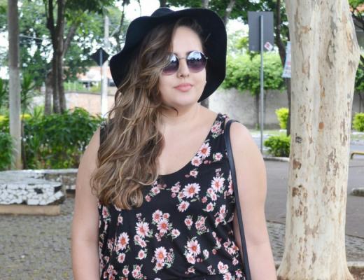 Look plus size com macaquinho floral