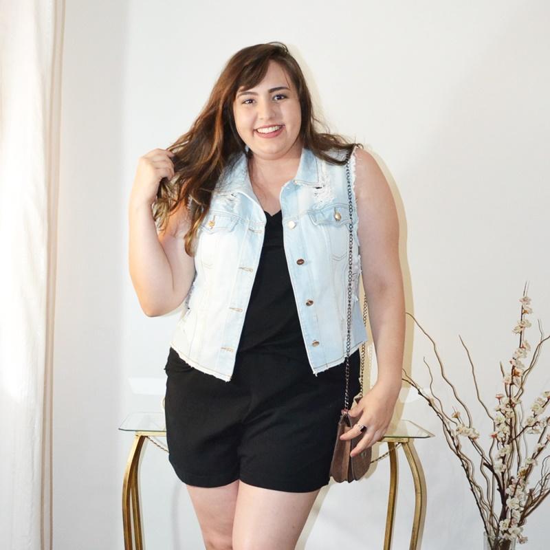 Look plus size com colete jeans
