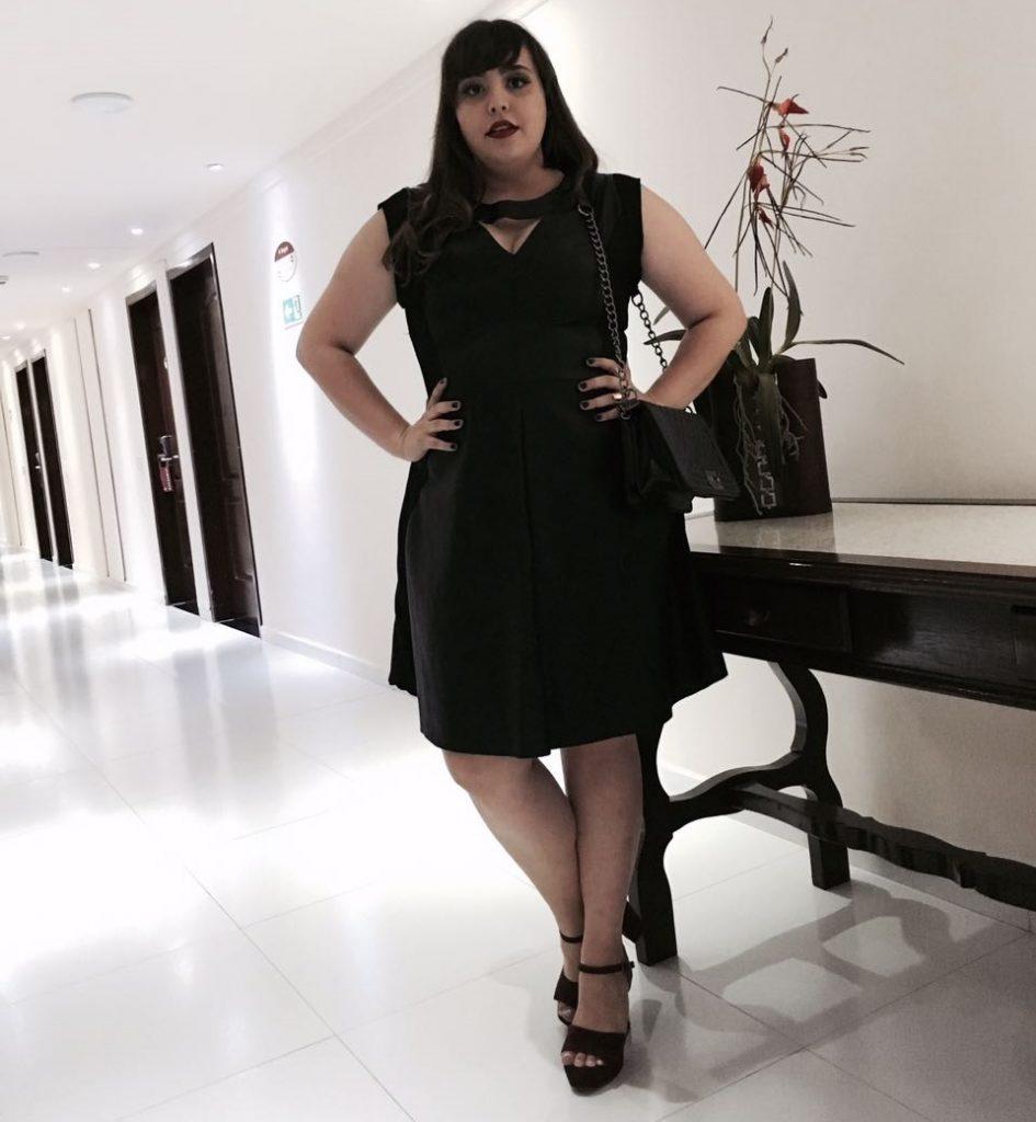 Look plus size com vestido de couro