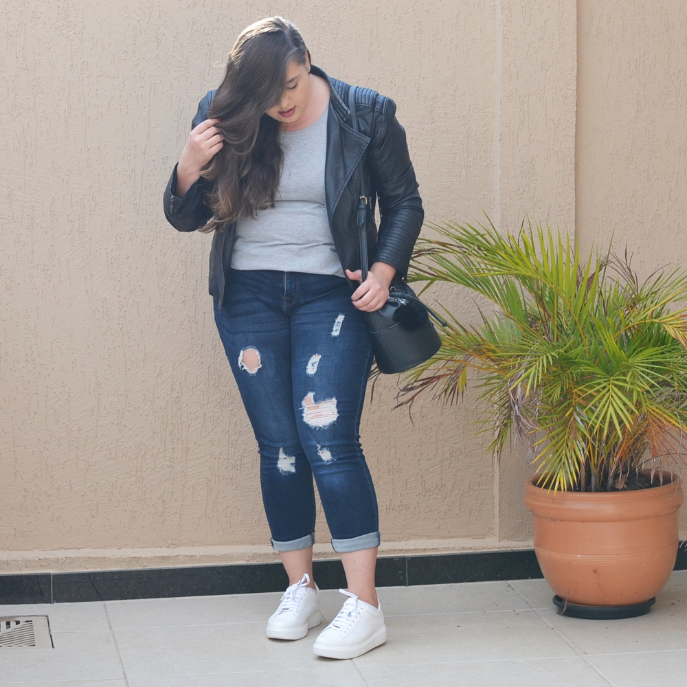 Look plus size com calça destroyed