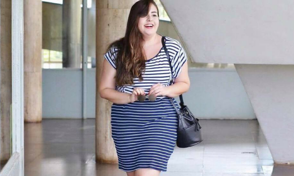 Look do dia plus size com saia listrada