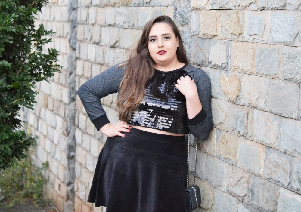 Look plus size usando cropped