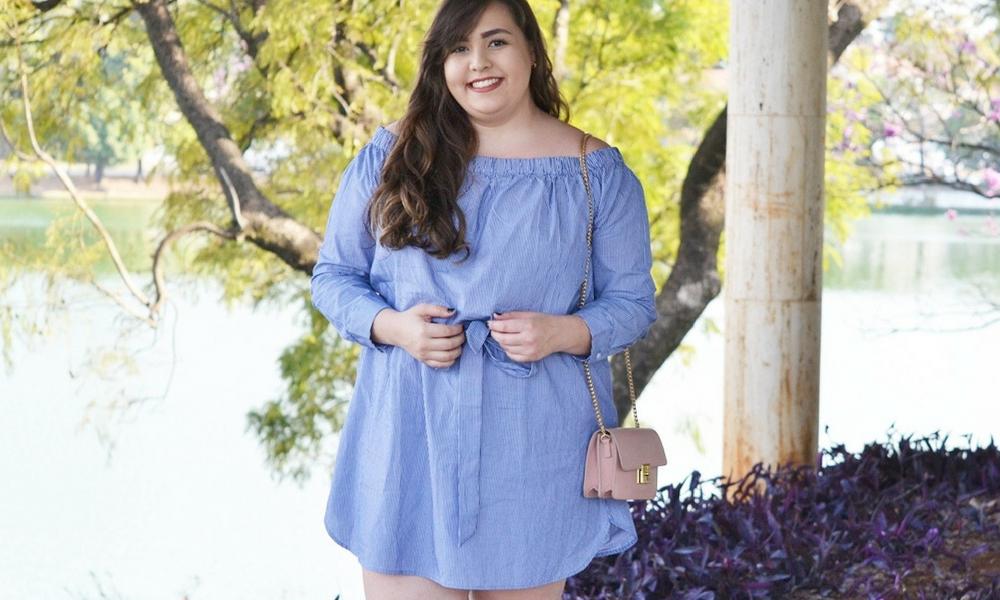 Look plus size com vestido listrado