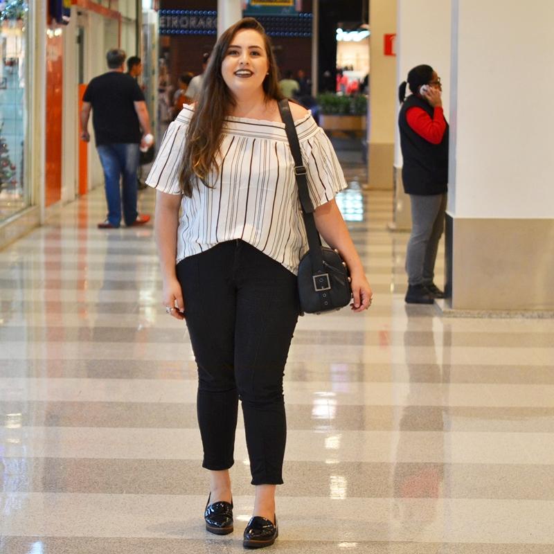 Look plus size com blusa ciganinha listrada